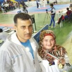 اللاعبة هبة العمري تحتفل مع مدربها بالذهبية