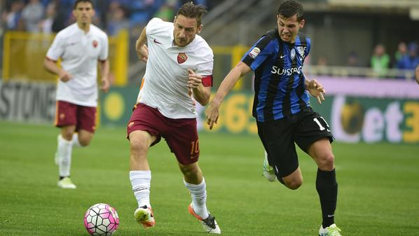 لاعب روما توتي (يسار) يحاول اختراق مدافع اتالانتا  الأرجنتيني موراليس  -(أ ف ب)