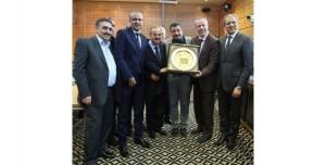رئيسالاتحادالعربيمحمدجميلعبدالقادريسلمدرعاتقديرية-(منالمصدر)